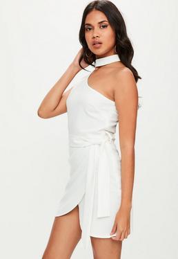 Biała sukienka mini na jedno ramię