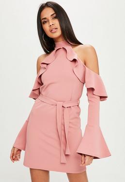 Vestido de cuello alto con volantes en rosa