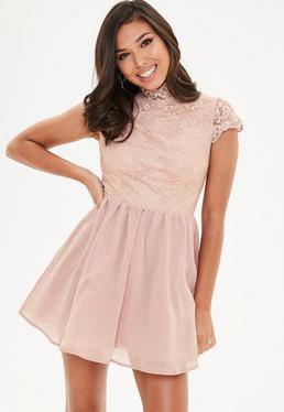 Różowa sukienka z zabudowanym dekoltem