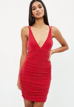 Vestido corto efecto metalizado con fruncido en rojo