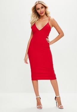 Czerwona sukienka ozdabiana diamencikami