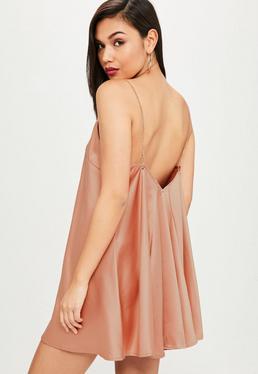 Vestido de satén con vuelo en rosa