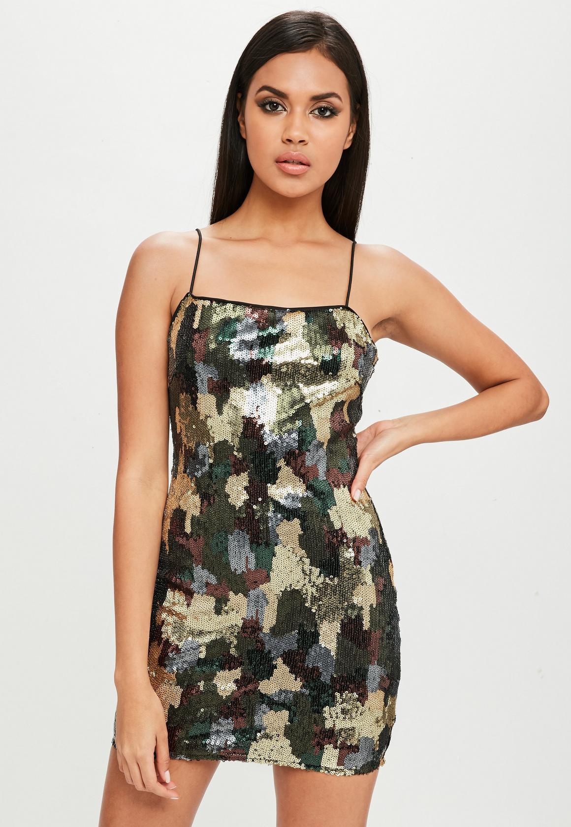Carli Bybel x Missguided Grünes Camouflage Pailletten-Kleid   Missguided