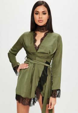 Carli Bybel x Missguided Vestido cruzado con encaje de satén en caqui
