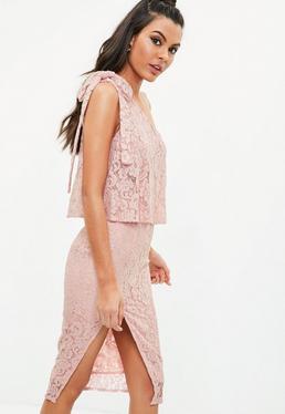 Vestido midi asimétrico con encaje en rosa