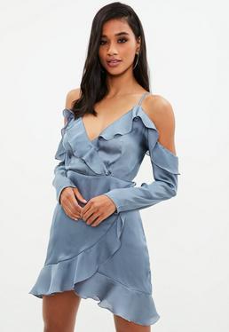 Niebieska satynowa sukienka z falbankami