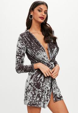 Vestido recto anudado de terciopelo arrugado en gris