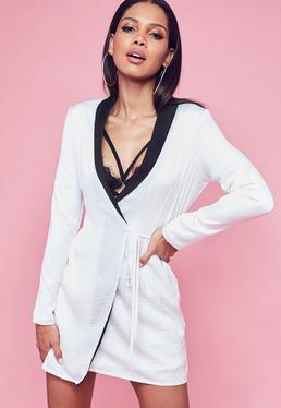 Vestido blazer de satén con solapa negra en blanco