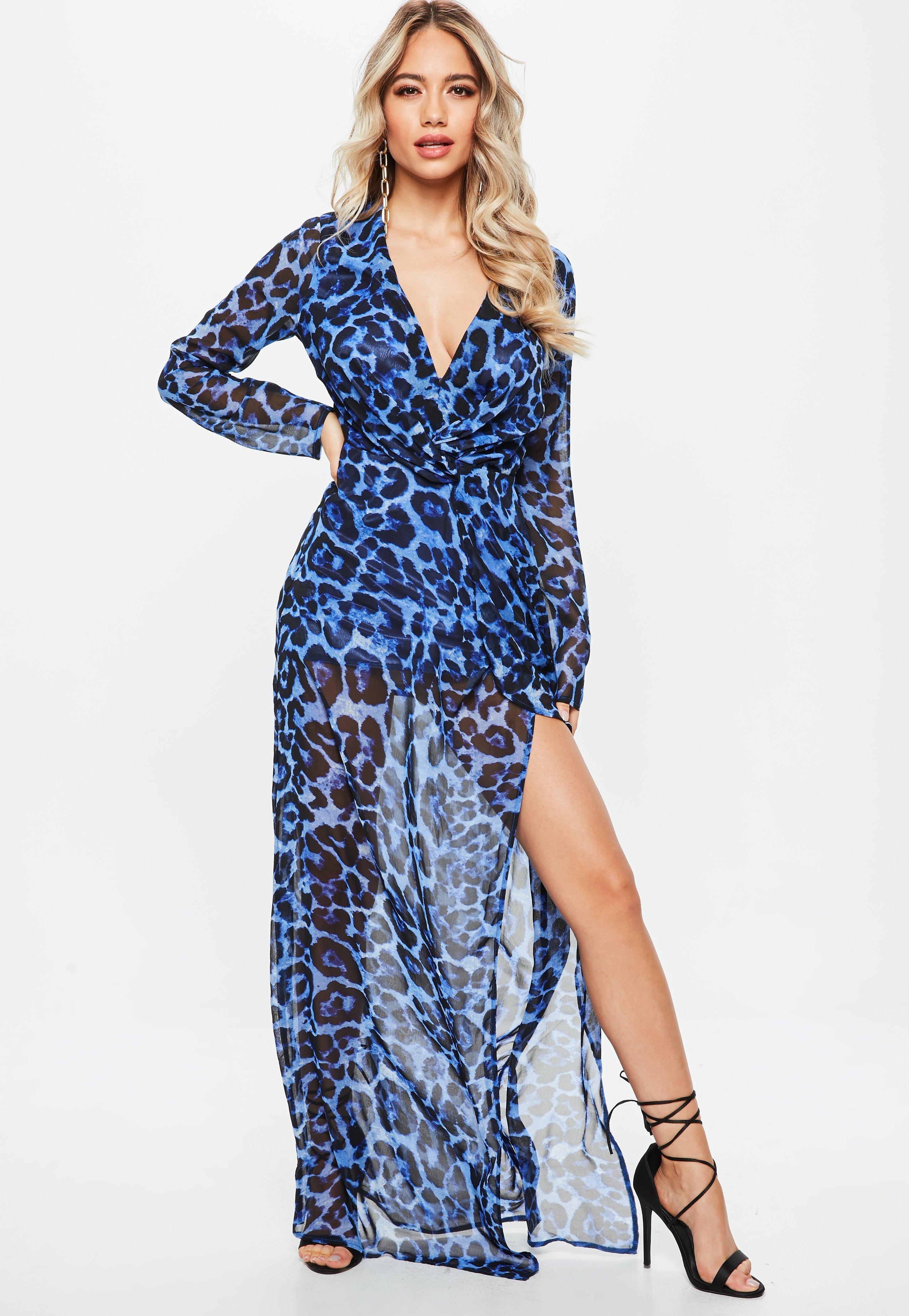 Langes blaues kleid mit schlitz