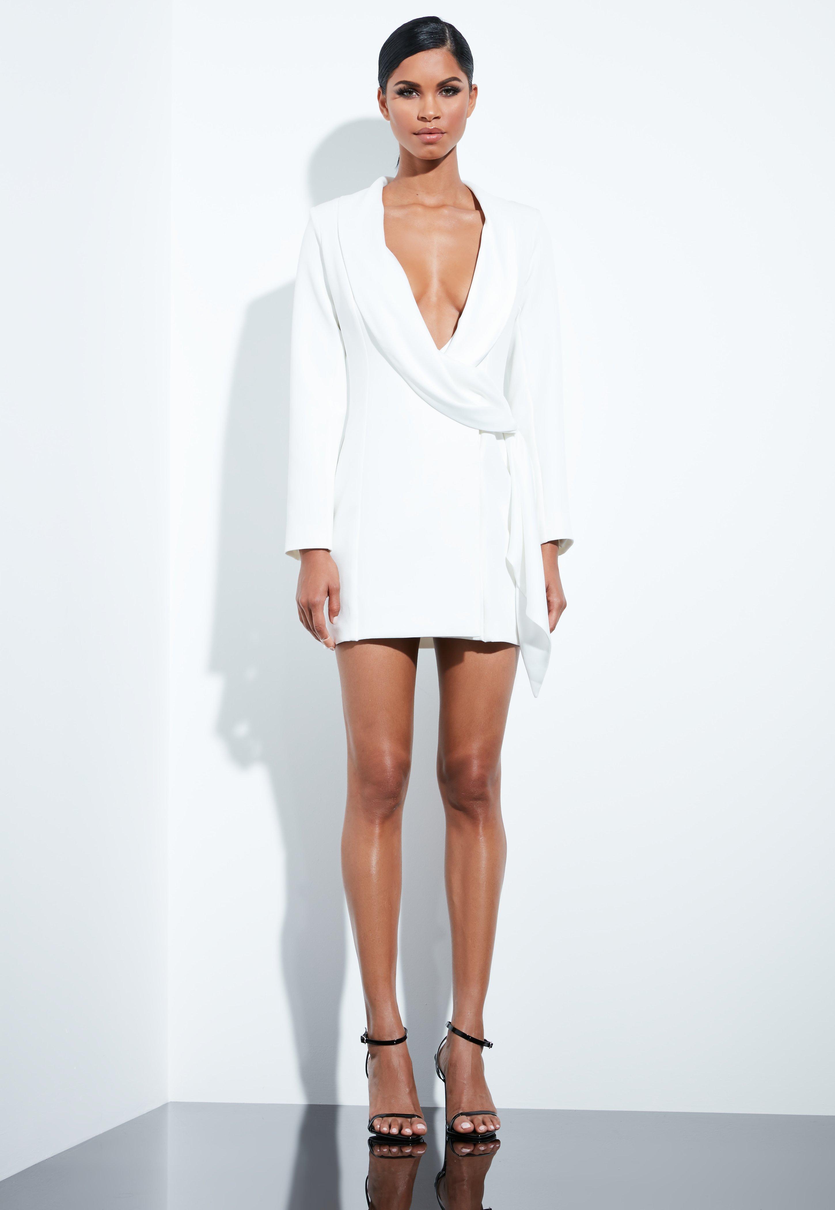Vestido negro con saco blanco