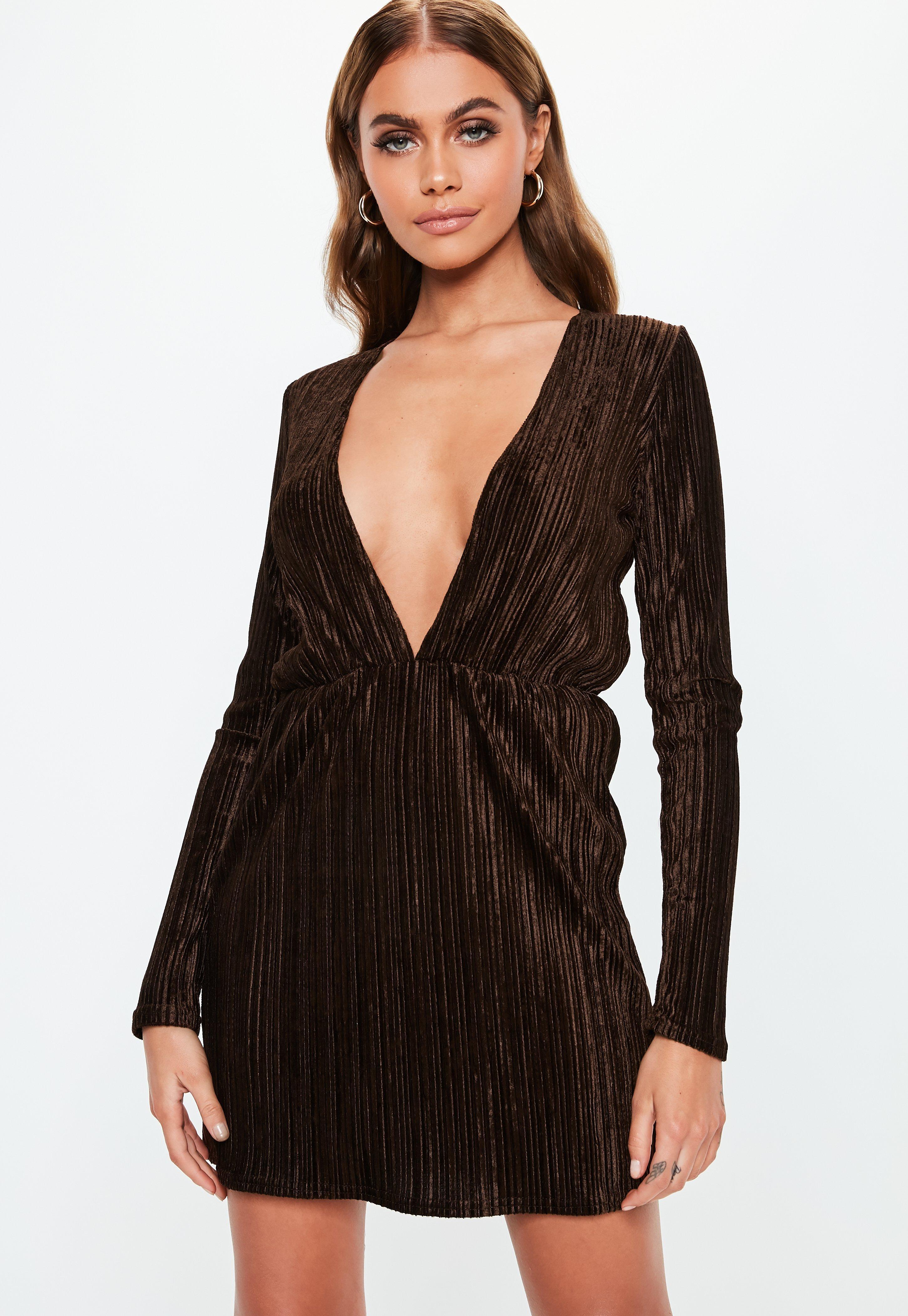 estilo novedoso comprar bien amplia selección Vestido corto plisado con escote en v en marrón