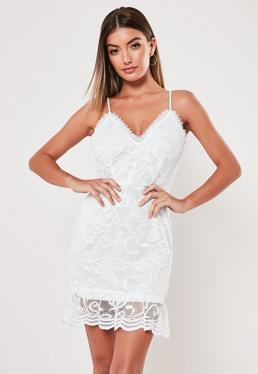 Белое кружевное мини-платье с оборкой и кружевами