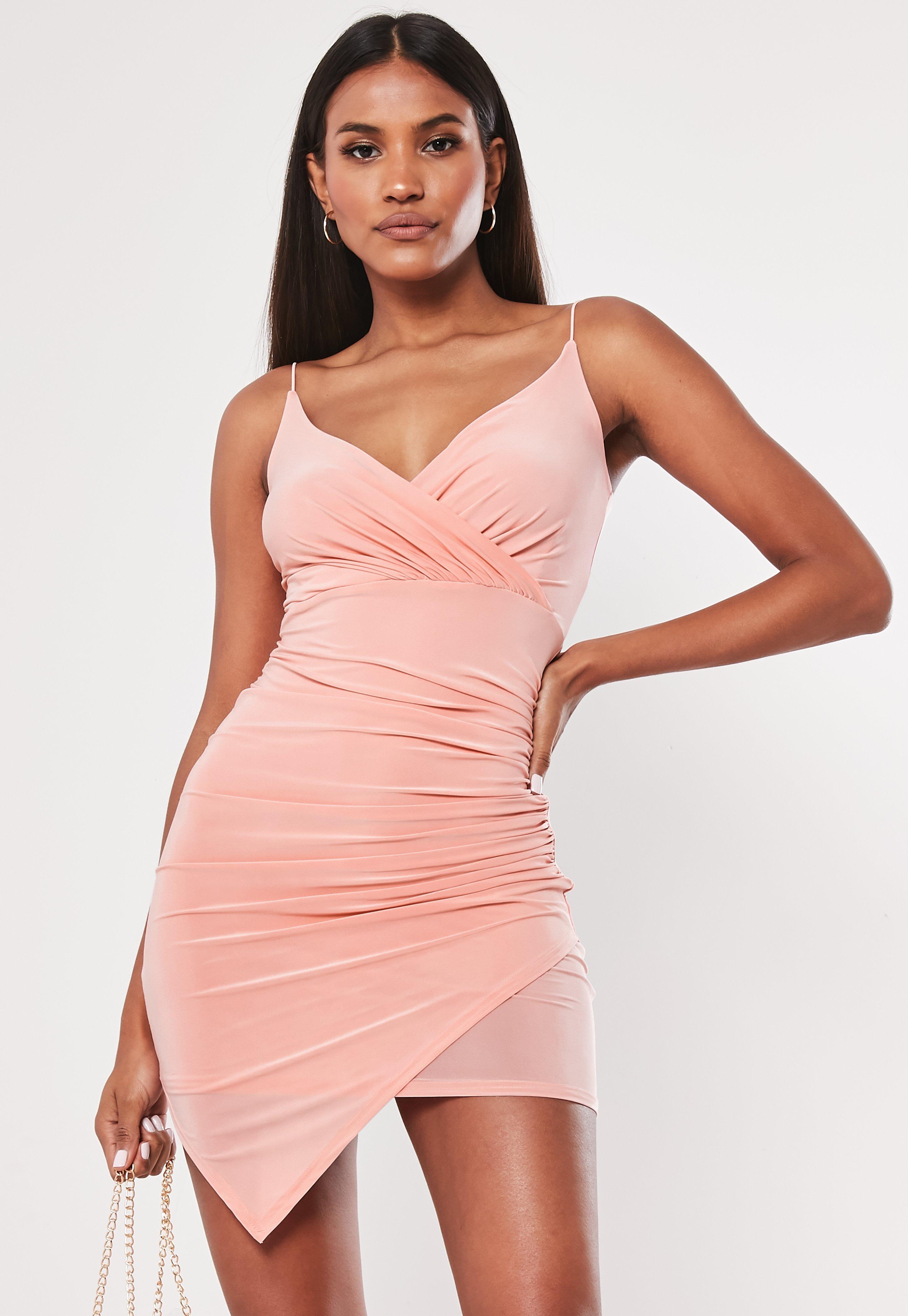 a528074b0f85 Vestido corto cruzado ajustado en rosa maquillaje