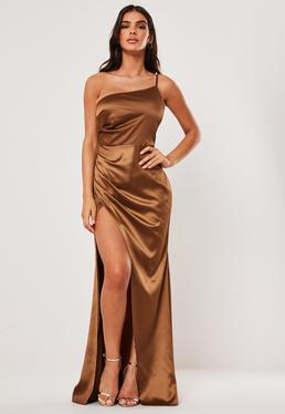 Светло-коричневое атласное платье макси на одно плечо