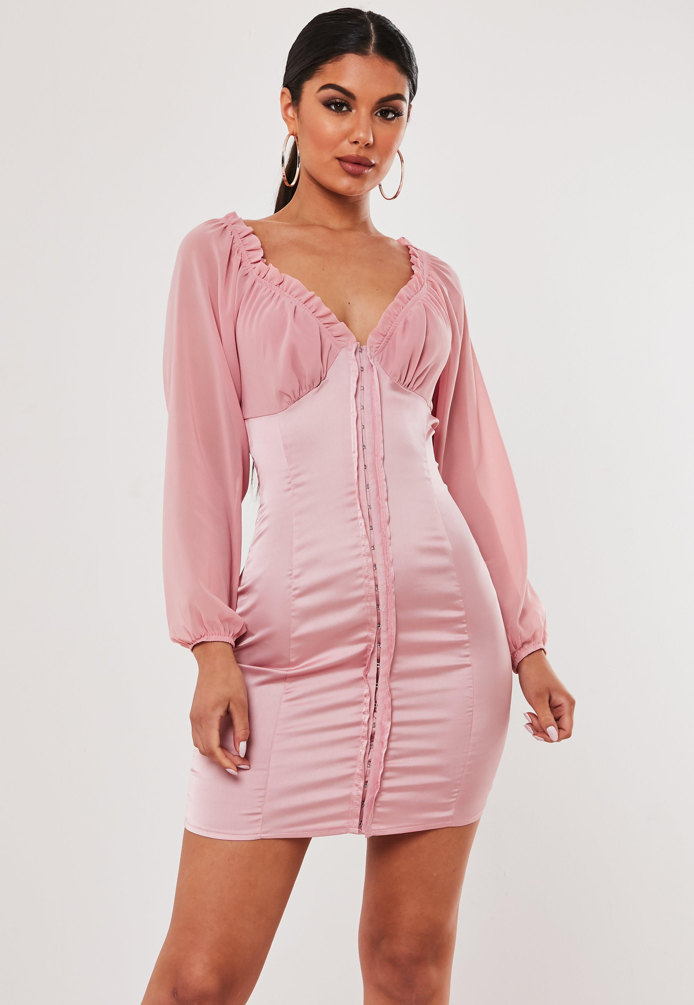 le dernier 22f55 f048a Robe courte rose en satin à oeillets Stassie x Missguided