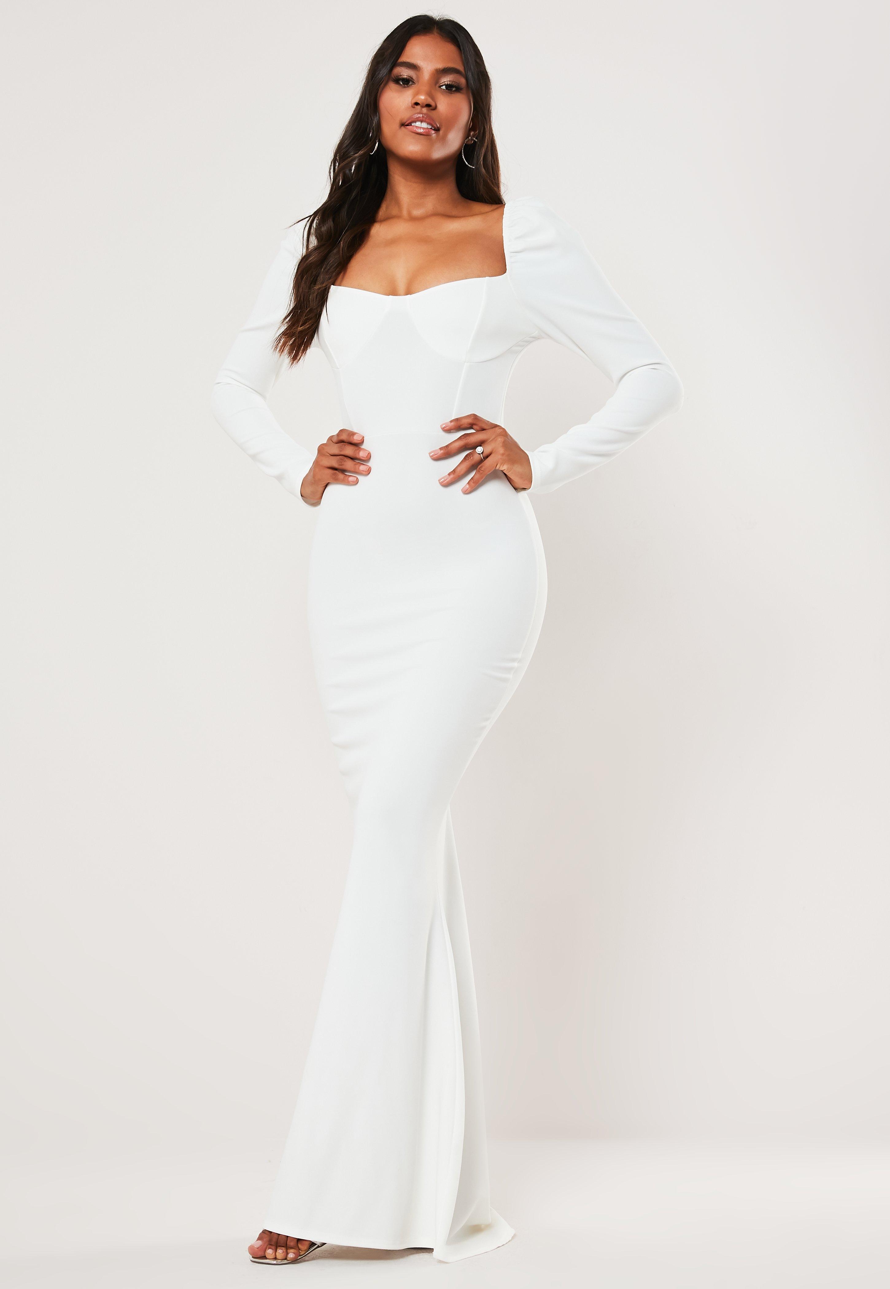 Vestido largo de manga larga con escote mesonera con cola en blanco