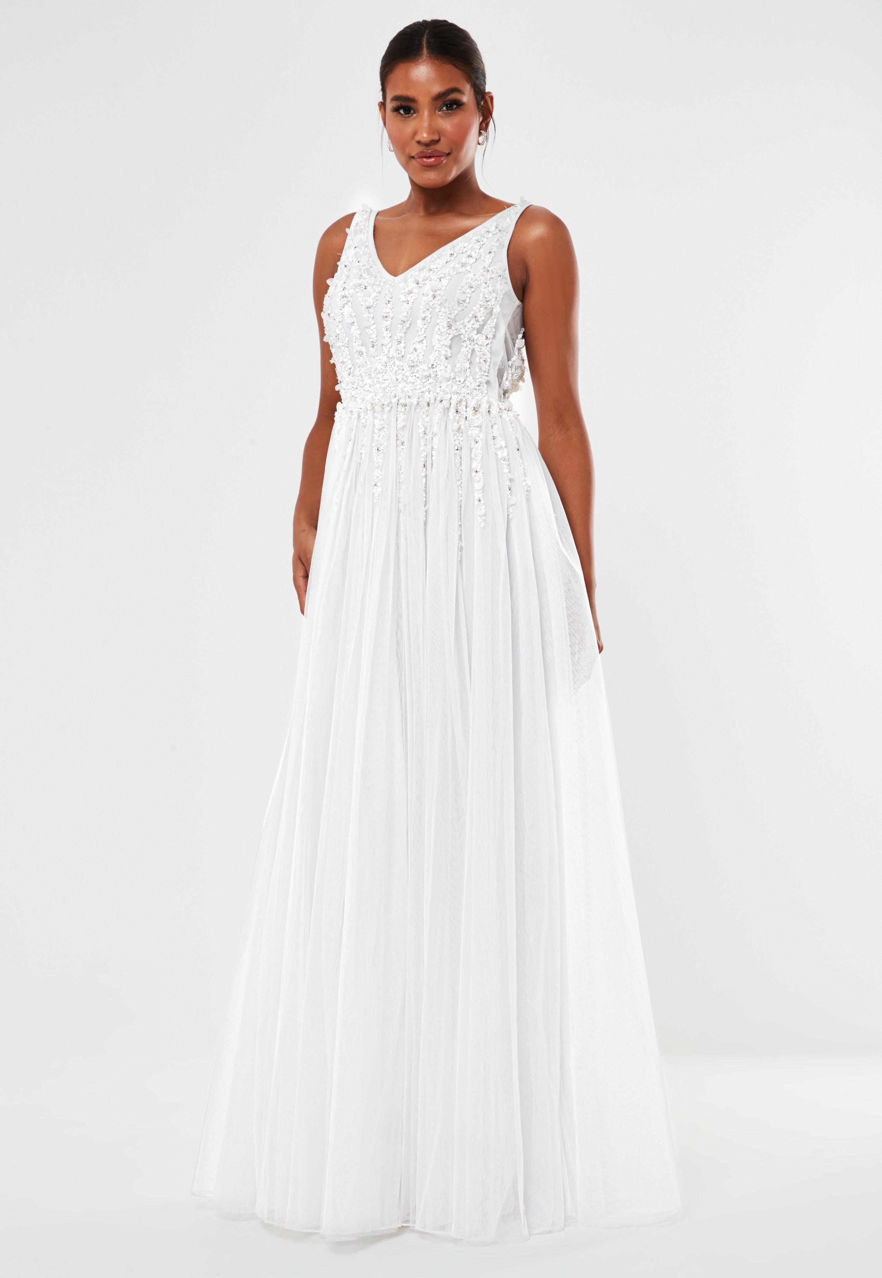 Hochzeitskleid mit tiefem Ausschnitt und von Hand mit Perlen besetzt in Weiß
