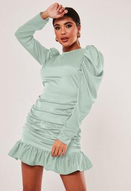 Sza?wiowa satynowa sukienka mini z d?ugimi bufiastymi r?kawami marszczeniami i falbank?