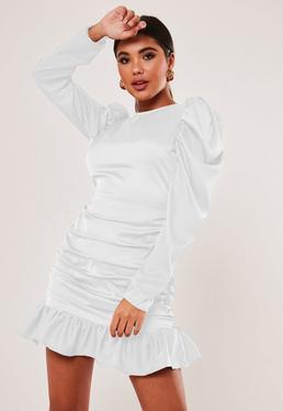 Bia?a satynowa sukienka mini z d?ugimi bufiastymi r?kawami marszczeniami i falbank?