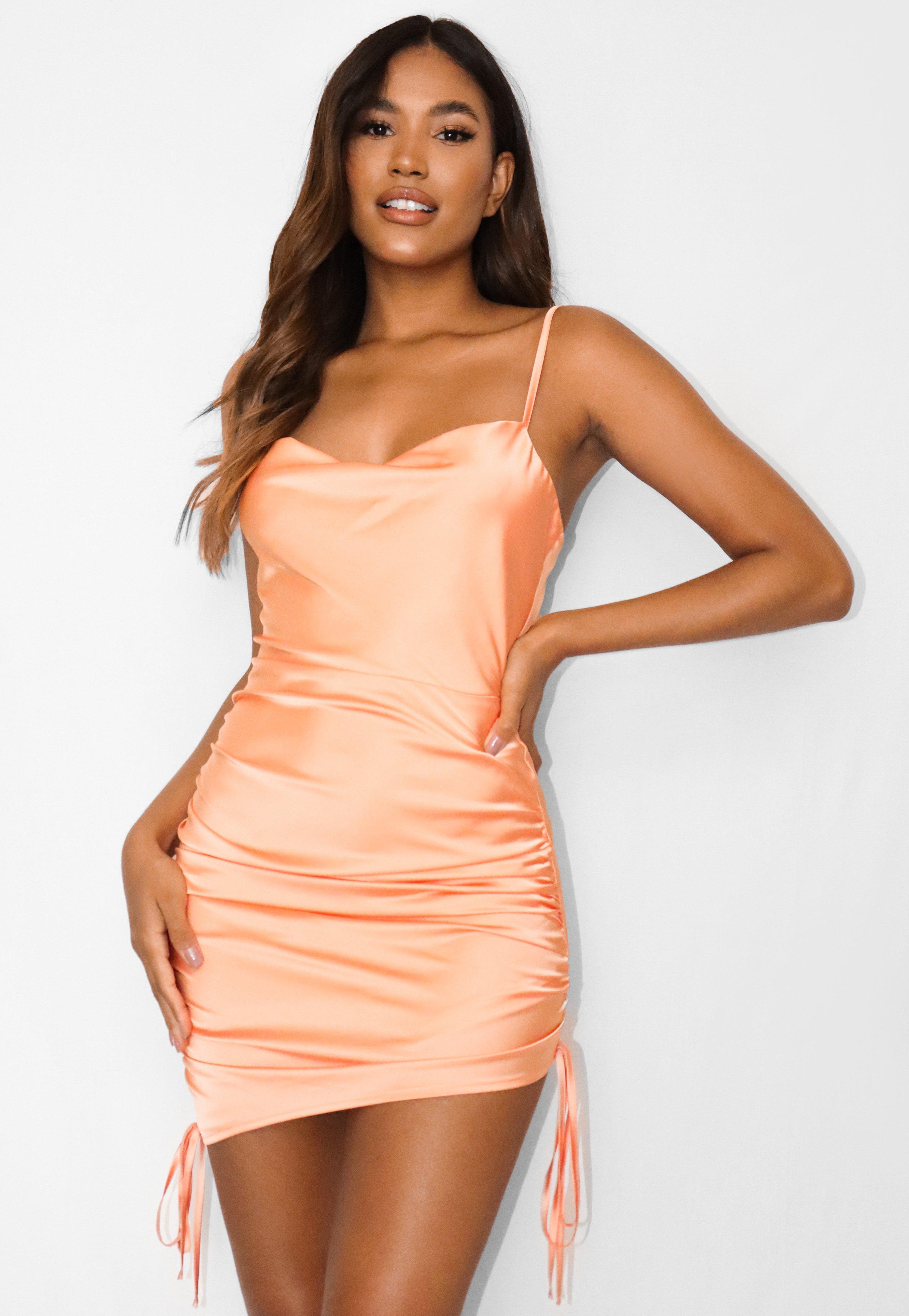 Kurzes Satin-Kleid mit geraffter Seite und Wasserfallausschnitt in Orange