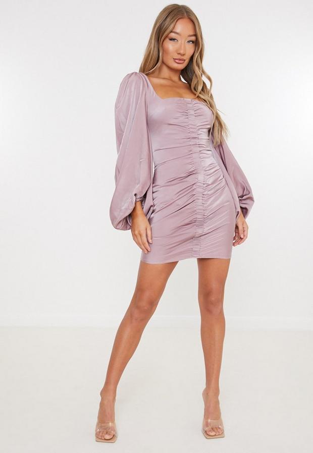 Artikel klicken und genauer betrachten! - Satin-Minikleid mit Raffung und eckigem Ausschnitt in Mauve   im Online Shop kaufen
