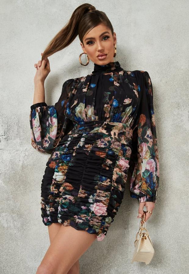 Artikel klicken und genauer betrachten! - Gerafftes Minikleid aus Chiffon mit Fledermausärmeln und Blumenmuster in Schwarz | im Online Shop kaufen