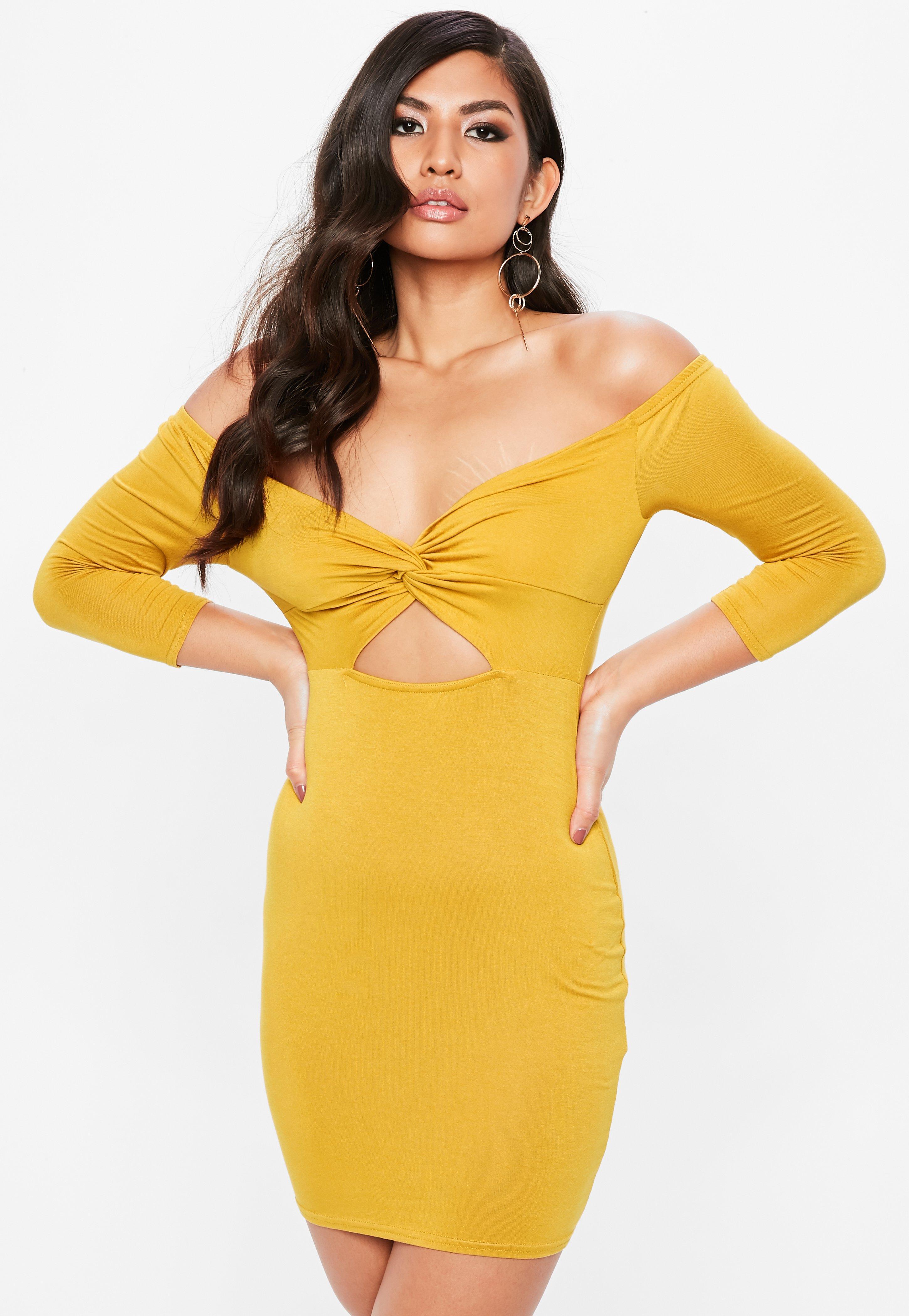 Vestido bardot anudado con aberturas en amarillo mostaza