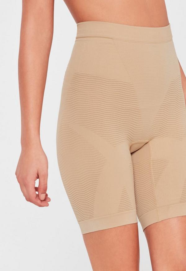 Ce bodyshort modelant et gainant découvrant la poitrine signé Spanx vous offre une véritable sensation de seconde peau avec ses zones de compression intégrée. Une pièce idéale sous un top ou une robe pour dévoiler une silhouette parfaite.