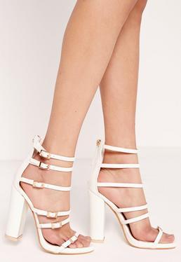 Sandales blanches à talon carré et boucles dorées
