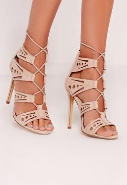 Lasercut-Sandalen mit Absatz und geschnürten Kordelriemen in Nude