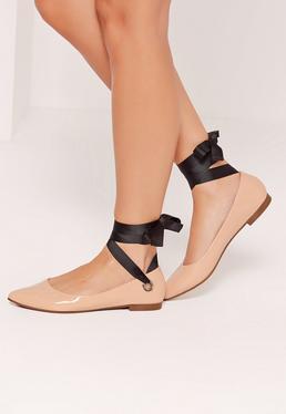 Chaussures plates nude à oeillets et straps noirs