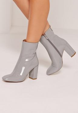 Ankle Boots mit Absatz in Lackoptik in Grau