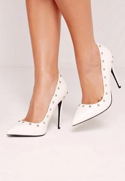 Zapatos de salón con tachuelas blancos