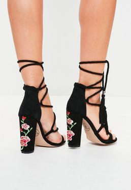Sandales noires lacées à talons carrés brodés