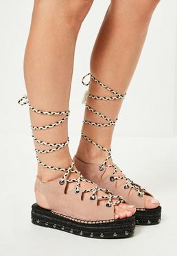 Różowe sandały na platformie wiązane na sznurek