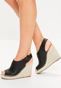 Czarne sandały na koturnie z odkrytym palcem