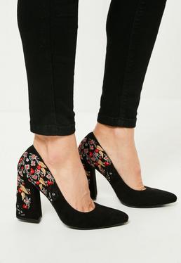 Czarne buty na obcasie do szpica z ozdobnym kwiecistym haftem