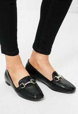 Loafer Halbschuhe mit metallischer Schnalle in Schwarz