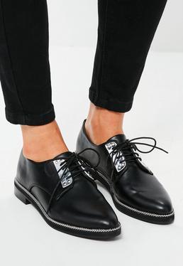 Chaussures richelieu noires avec chaînette