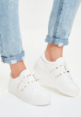 Schnür-Sportschuhe mit silberner Nietenverzierung in Weiß