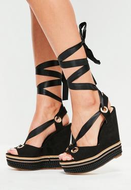 Czarne sandały na koturnie z ozdobnym łańcuszkiem przeplatane wstążką