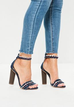 Niebieskie sandały na słupku z jeansowymi postrzępionymi paskami
