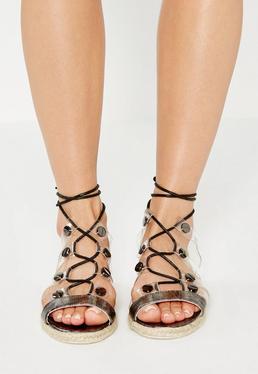 Czarne płaskie wiązane sandały z przezroczystymi paskami