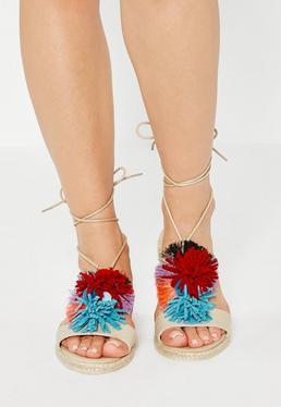 Beżowe wiązane sandały z ozdobnymi pomponami