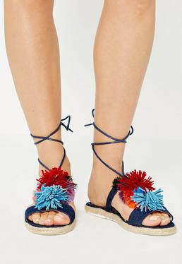 Granatowe jeansowe wiązane sandały z ozdobnymi pomponami