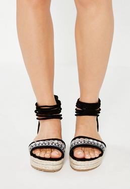 Czarne sandały na płaskiej platformie ze zdobieniami
