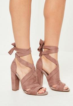 Różowe sandały na obcasie z ozdobnymi wiązaniami