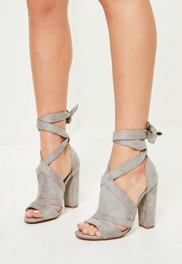 Szare sandały na obcasie z ozdobnymi wiązaniami