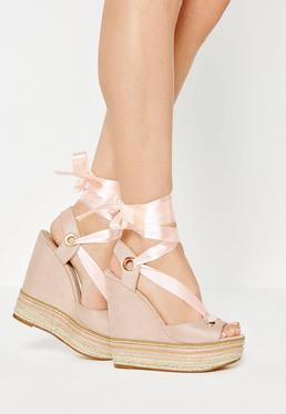Beżowe sandały na koturnie z ozdobnym łańcuszkiem przeplatane wstążką