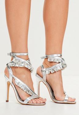 Srebrne szpilki sandały z asymetrycznymi falbankami